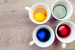 Coloração dos ovos da páscoa! imagens de stock royalty free