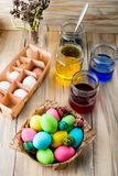 A coloração eggs em cores brilhantes para o feriado da Páscoa Fotos de Stock