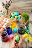 A coloração eggs em cores brilhantes para o feriado da Páscoa Imagens de Stock