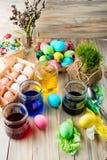 A coloração eggs em cores brilhantes para o feriado da Páscoa Imagem de Stock Royalty Free