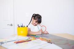 Coloração feliz da menina fotos de stock