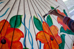 A coloração pinta o guarda-chuva feito do papel/tela. Artes e Fotografia de Stock Royalty Free