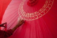 A coloração pinta o guarda-chuva feito do papel/tela. Artes e Fotografia de Stock