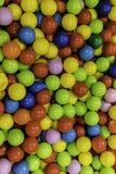 Colora bolas plásticas no campo de jogos do ` s das crianças imagem de stock royalty free
