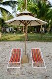 Cadeiras de praia da cor e guarda-chuva branco Fotos de Stock Royalty Free