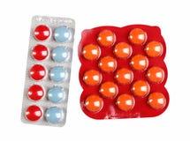 Colora comprimidos em um bloco de bolha no branco Imagens de Stock