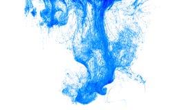 Colora a gota da tinta na água, fotografada no movimento, rodando Icloud azul da pintura no fundo branco Imagem de Stock
