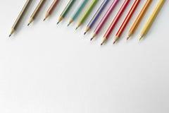 Colora i pincils con il documento di struttura Fotografie Stock