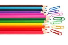 Colora lápis e os grampos de papel, artigos de papelaria do escritório fotos de stock royalty free