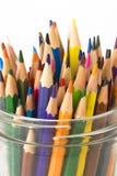 Colora lápis em um frasco em um fundo branco Fotografia de Stock Royalty Free