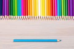 Colora lápis no fundo de madeira com único corrigem Fotografia de Stock