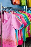 Colora l'abbigliamento sui ganci Fotografia Stock Libera da Diritti