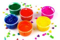 Colora latas da pintura e solhas da cor da pintura Imagens de Stock