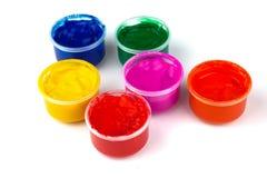 Colora latas da pintura e solhas da cor da pintura Imagem de Stock