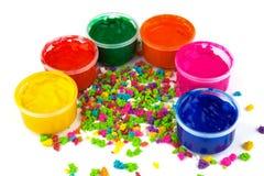 Colora latas da pintura e solhas da cor da pintura Fotografia de Stock