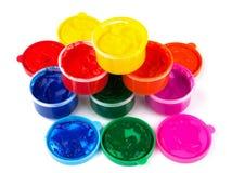 Colora latas da pintura e solhas da cor da pintura Foto de Stock Royalty Free