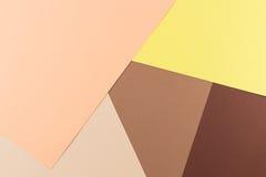 Colora o fundo da composição da geometria dos papéis com tons cor-de-rosa, bege e marrons amarelos Fotografia de Stock
