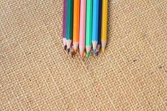 Colora o lápis no fundo do cânhamo no foco seletivo Fotos de Stock Royalty Free