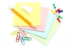 Colora o papel com pinos de desenho e grampos e penci Imagem de Stock Royalty Free