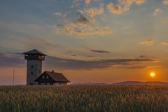 Colora o por do sol perto da vila de Roprachtice com torre de observação imagem de stock royalty free
