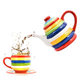 Colora o teapot com copo e respingo do chá Fotografia de Stock