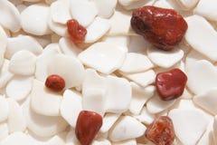 Colora pedras vermelhas e verdes fotos de stock royalty free