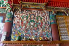 Colora a pintura de imagens dos deuses da Buda e do buddhism no salão principal do templo de Haedong Yonggungsa imagem de stock royalty free
