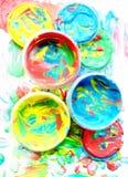 Colora pintura misturada em uns frascos plásticos para tirar Foto de Stock