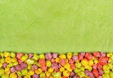 Colora a pipoca do caramelo em um fundo de papel amarrotado Fundos e texturas doces Foto de Stock
