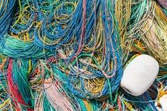 Colora a rede de pesca, flutuadores, corda de nylon no banco Fotografia de Stock Royalty Free