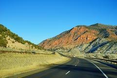 Colorado berg och huvudväg Fotografering för Bildbyråer
