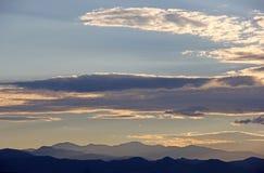 Colorado berg och moln på solnedgången eller skymning Royaltyfri Bild