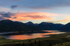 Colorado bergsolnedgång på de tvilling- sjöarna Royaltyfri Fotografi