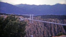 COLORADO 1955: Entrada y viaje en coche reales de Colorado de la garganta a través del puente almacen de metraje de vídeo