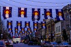 Colorado flaggor på den Larimer fyrkanten Denver Arkivbilder
