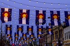Colorado flaggor på den Larimer fyrkanten Denver Arkivfoton