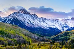Colorado hermoso y colorido Rocky Mountain Autumn Scenery Mt Sneffels en el San Juan Mountains en la salida del sol fotos de archivo