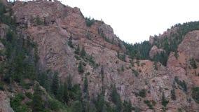 Colorado Springs, CO/USA - Circa September, 2016: De de bergen, het lopen wegen en de gebouwen van Zeven Dalingenpark in Colorado stock video