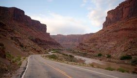 Coloradofloden för väg för Utah statrutt 128 öppen Arkivfoto