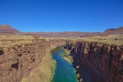 Coloradofloden i den Arizona kanjonen arkivfoton