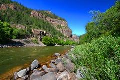 Coloradofloden i den Glenwood kanjonen Arkivbild