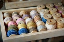 Colorant coloré naturel de fil de coton sur le petit pain en bois : Plan rapproché Images libres de droits