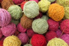 Colorant naturel sur des boules de laine Images libres de droits