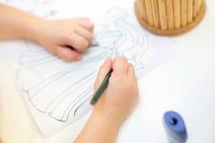 Colorante de la chica joven en libro de colorear los niños dibujan la fiesta de cumpleaños imagen de archivo libre de regalías