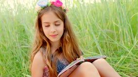 Colorante de la pintura de la chica joven y fresa de la consumición almacen de video