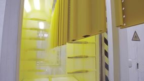 Colorante de las piezas de metal Pulverice la tecnología de capa en un campo electrostático metrajes