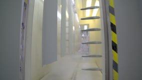 Colorante de las piezas de metal Pulverice la tecnología de capa en un campo electrostático almacen de video