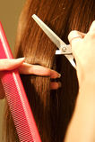 Colorante de pelo femenino en un salón Imagen de archivo