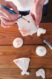 Colorante del pan de jengibre y proceso del adornamiento Imagen de archivo