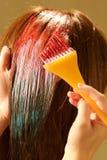 Coloration de cheveu femelle à un salon photos stock